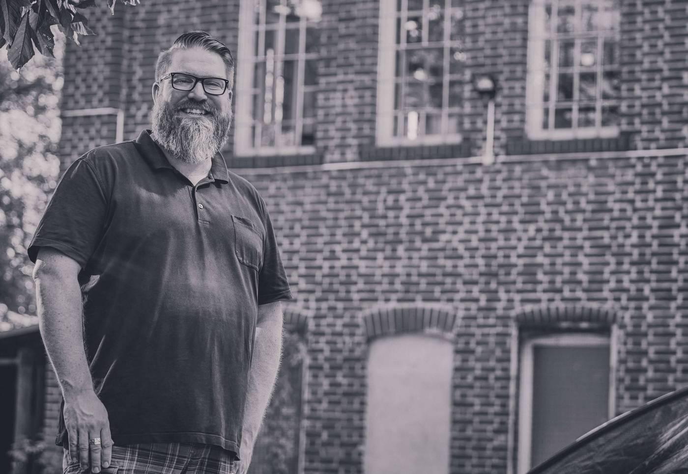 Daniel Brokamp, Konzept & Design, im Hinterhof der Papierfabrik.
